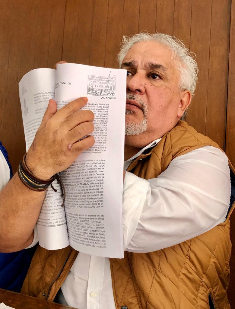 El Secretario General del SUEUM, Eduardo Tena Flores, mostrando el listado (padrón) de socios que entregó a la JLCA y le fue devuelto en acta oficial.