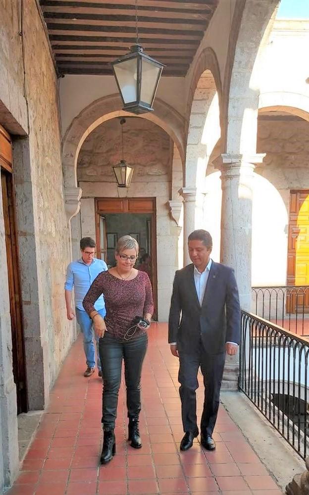 El rector de la Universidad Michoacana de San Nicolás de Hidalgo (UMSNH), Raúl Cárdenas Navarro, y la titular de la Secretaría de Salud en Michoacán, Diana Carpio Ríos,