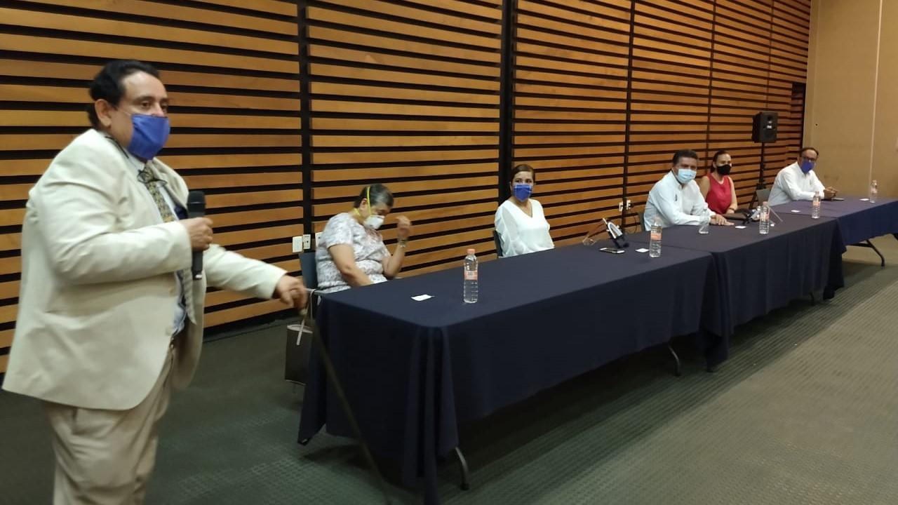 Entrega de equipos de protección a pasantes de medicina y enfermería de la UMSNH